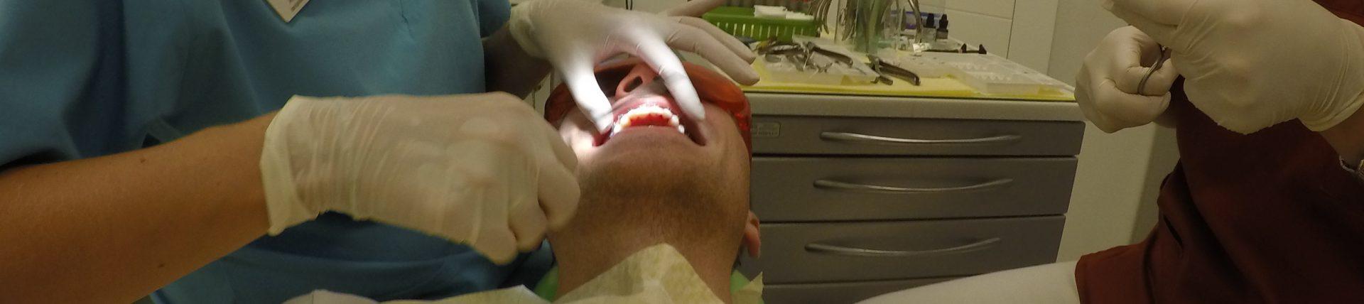 zabieg zakładanie aparatu ortodontycznego