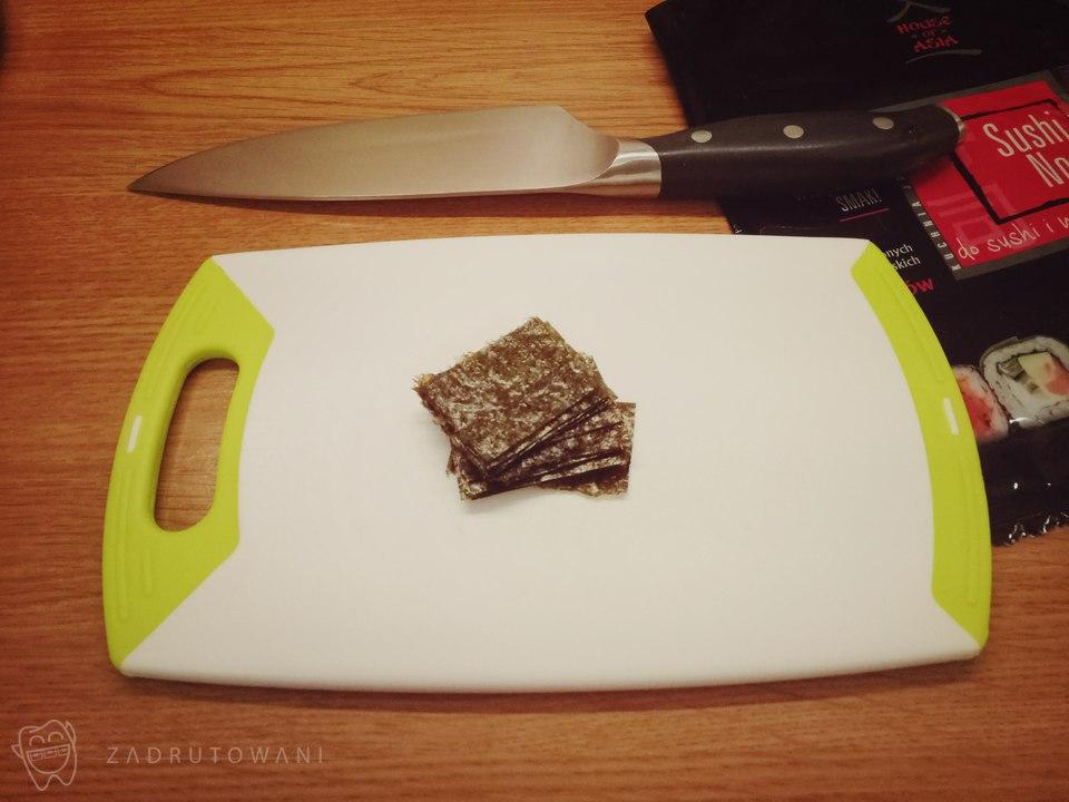 Sushi Nori pokrojone na mniejsze kawałki.